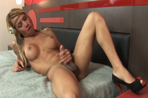 Amanda Araujo Is A Latin ladyboy On video!